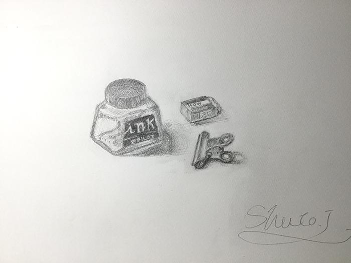 インク瓶、クリップ、消しゴムのデッサン