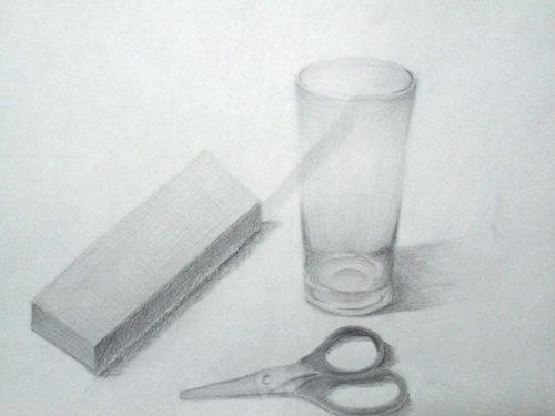 細長いレンガ・ハサミ・ガラスのコップのデッサン